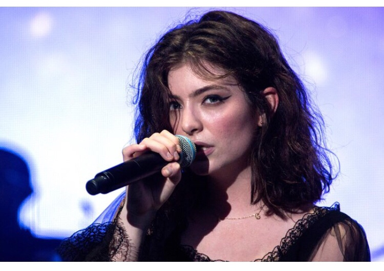 Lorde Covers 'Love Lockdown' & 'Runaway' By Kanye West at Chicago Show