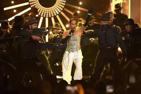 Watch Jennifer Lopez & DJ Khaled perform Dinero at the BBMAs.