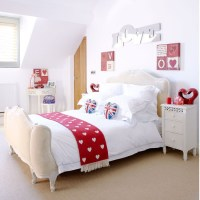 Choose red accessories | Country bedroom ideas ...