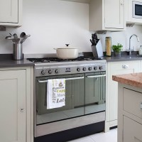 Neutral kitchen with range cooker