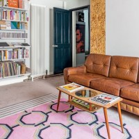 Smart living room with buttoned leather sofa and pink ...