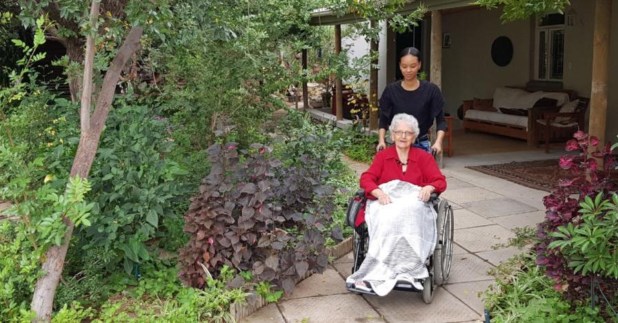 18. rolstoel deur die tuin-min