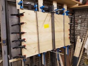 Houten panelen in lijmpers