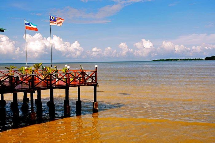 Pueblo de pescadores en Sandakan, malasia (borneo)
