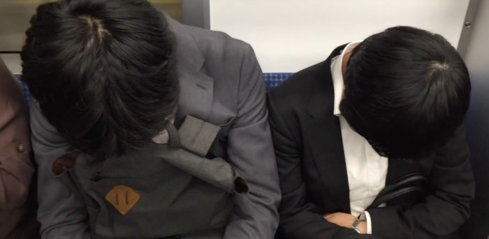Inemuri, el arte japonés de ponerse a dormir la siesta en cualquier lugar