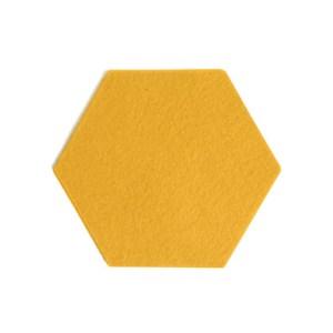 deze zeshoekige onderzetters in vrolijk geel voorkomen kringen en krassen op tafel