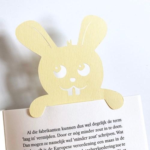 boekenlegger van recycled papier in de vorm van een vrolijk konijntje