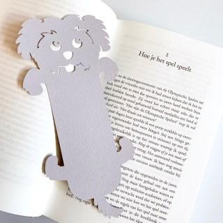 vrolijke boekenlegger in de vorm van een hondje