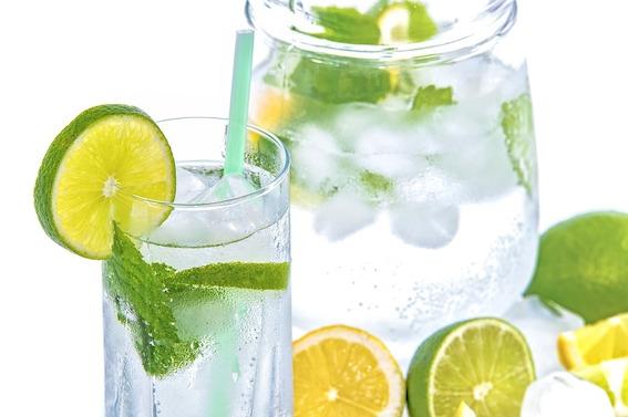 vrolijke tips voor een super zomer ~ maak een cocktail met water citroen munt en limoen