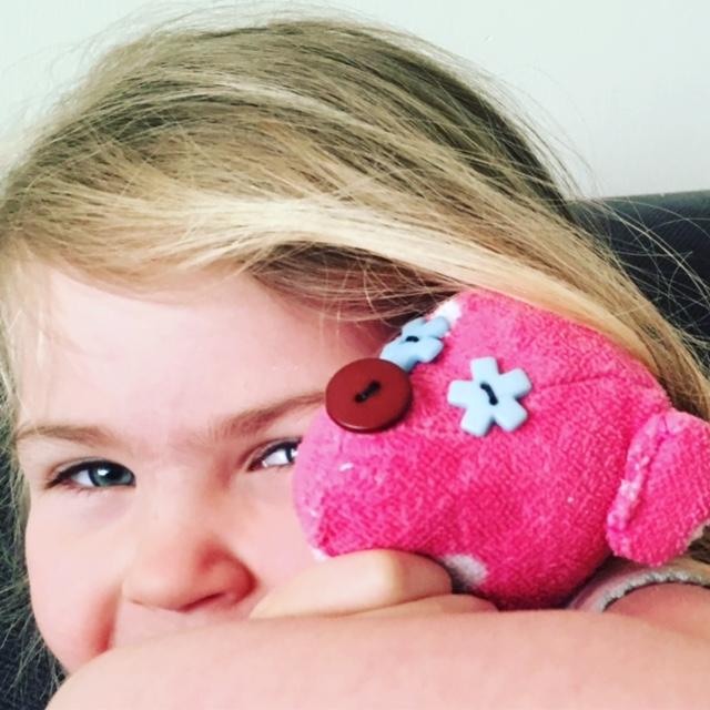 kind blij met een zelfgemaakte superleuke teddybeer van oude stof