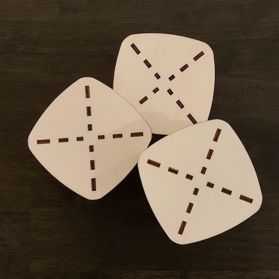leuke bijzettafels met karakteristiek patroon in het tafelblad