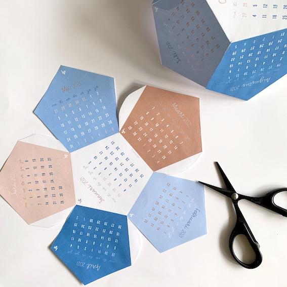 print de kalender op stevig wit papier en knip uit