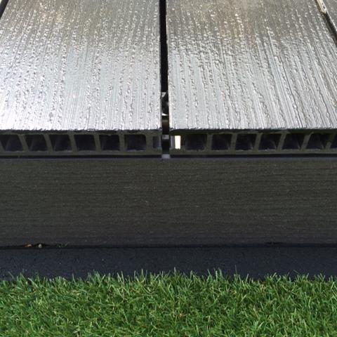 composiet vlonderplanken met beluchting nat geregend