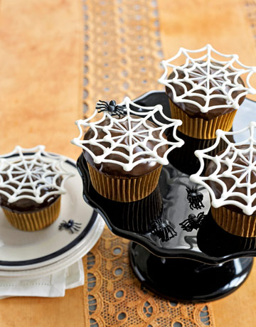 Love these Spiderweb Cupcakes from @CountryLiving #Halloween