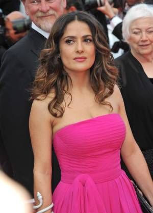 Salma Hayek brown hair with red highlights