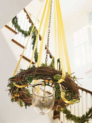 Ribbon and wreath Christmas chandelier (via myhomeideas)
