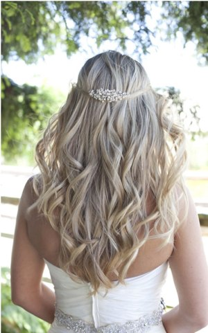 loose curls 19 Bridal Hairstyles to Try This Wedding Season 19 Bridal Hairstyles to Try This Wedding Season Loose Curls