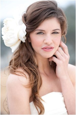 loose hair with flowers 19 Bridal Hairstyles to Try This Wedding Season 19 Bridal Hairstyles to Try This Wedding Season Loose hair with Flowers