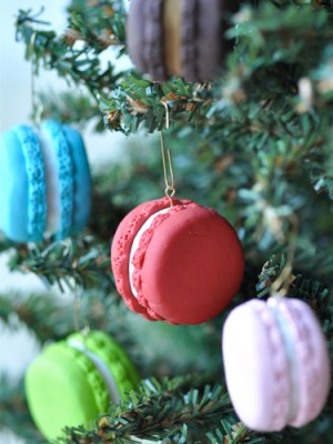 Give your tree a French twist by adding these colorful sweets! These faux macaron ornaments can be made using either polymer clay or fondant. Get the tutorial at Creative Juice.