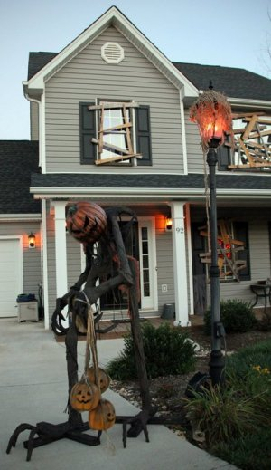 Scary outdoor decorating for Halloween 2015