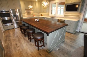 chic-kitchen-island-in-white-with-butcher-block-countertop-and-4-stools-for-modern-kitchen-decor-idea