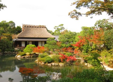 The western side of Isuien Garden has a thatch-roofed house first built in the 1670s.