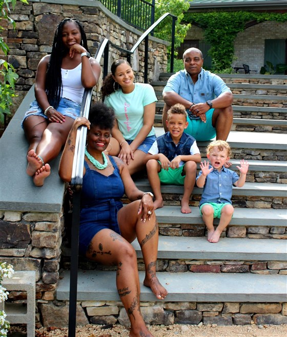 Une Afro-américaine qui a adopté un bébé blanc parle de ses difficultés avec ses voisins et la police (photos)