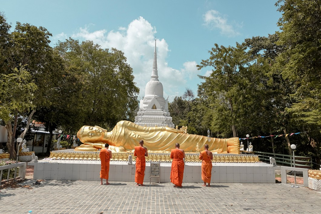 Monks praying to Buddha in Thailand @howfarfromhome