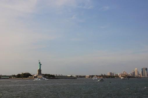 Widok na zachód z pokładu promu na Staten Island - Statua Wolności w roli głównej