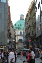 Na końcu uliczki widać Peterkirche