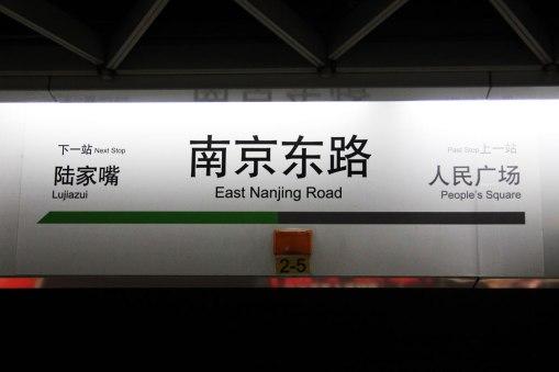 Stacje metra w Szanghaju są jasno opisane po chińsku i angielsku
