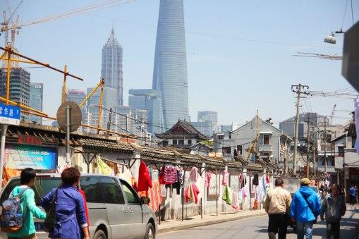 Droga do Yuyuan - w tle Pudong
