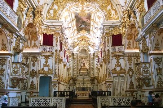 A tu wnętrze kościoła obok...