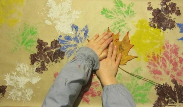 étape 2 papier cadeau perso DIY tampon empreinte peinture feuille automne
