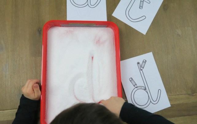 Ecrire dans plateau de sel activité graphisme Montessori