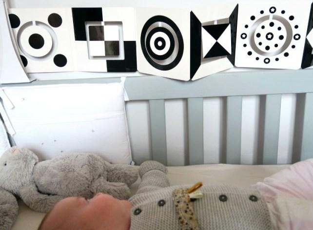 livre mobile noir et blanc premiers jeux de bébé