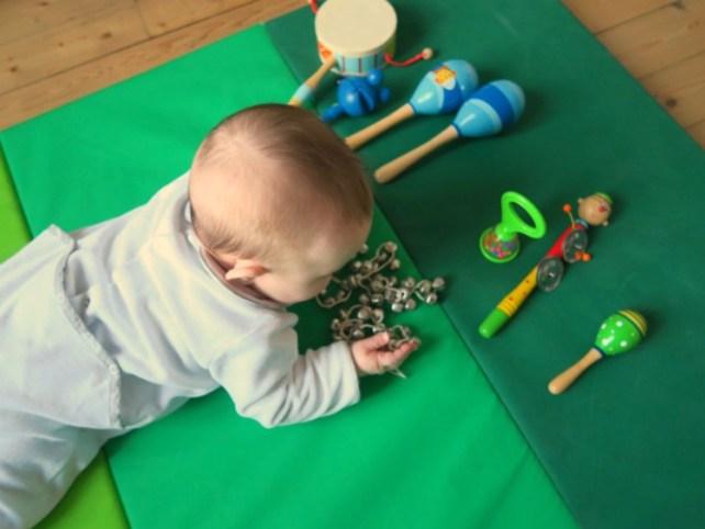 instruments disposés pour atelier musique bébé