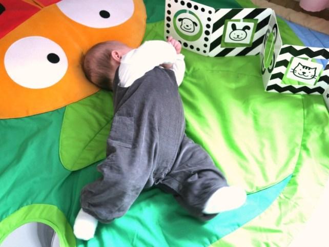 Motricité libre sur tapis retrournement dos ventre