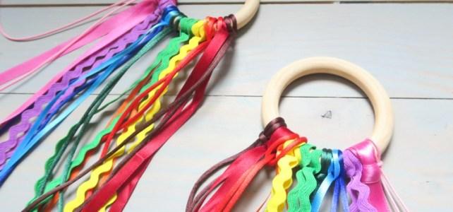 fabriquer un hochet-ruban-arc-en-ciel-pour-bébé