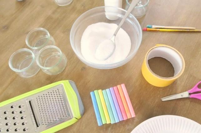 matériel pour fabriquer du sel coloré maison avec des enfants