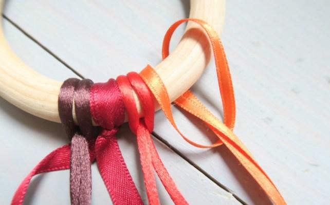 nœuds pour attacher rubans colorés sur hochet bébé