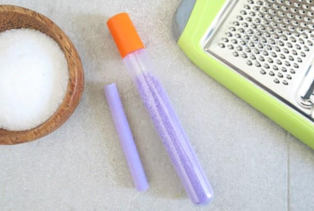 Tube-sensoriel-activité-bébé-violet-sel-coloré
