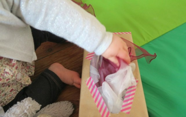 boite à tirer des foulards jeu de bébé assis