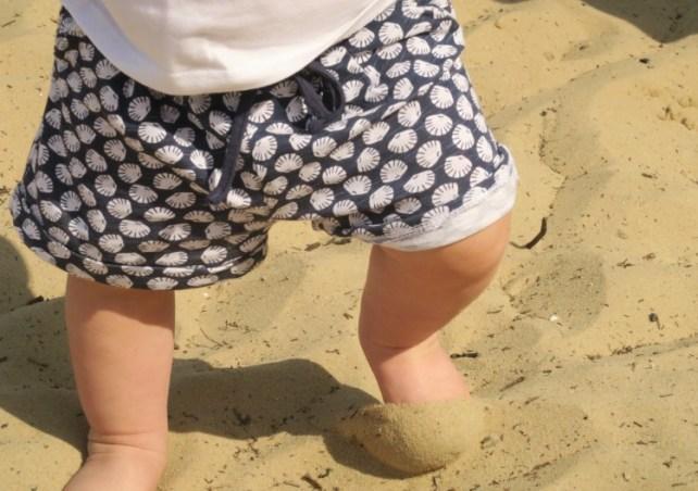marcher pieds nus pour apprendre à marcher