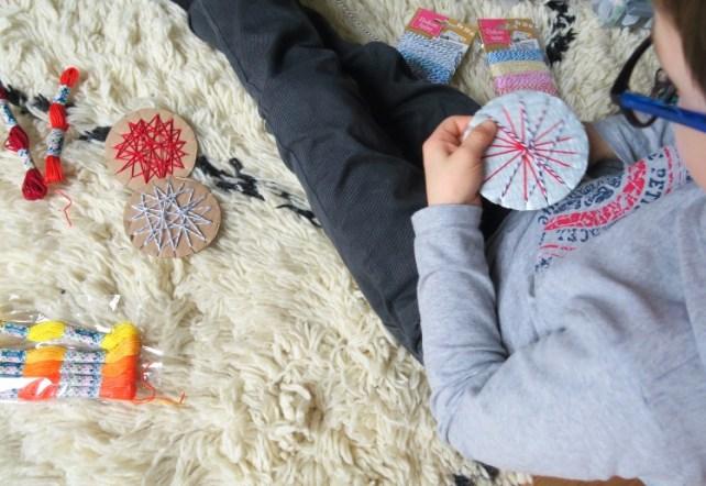 Fabrication de suspension de Noël en carton activité enfant