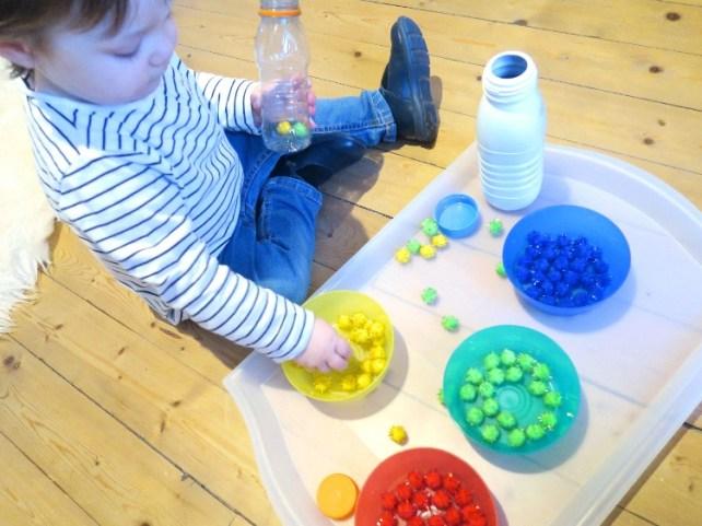 Plateau activite transvasement bouteille et pompons bebe 18 mois Montessori