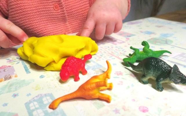 Activite pate a modeler bebe les oeufs de dinosaures a gratter