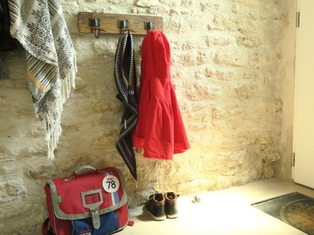 porte manteaux Montessori adapter le mobilier pour autonomie enfants