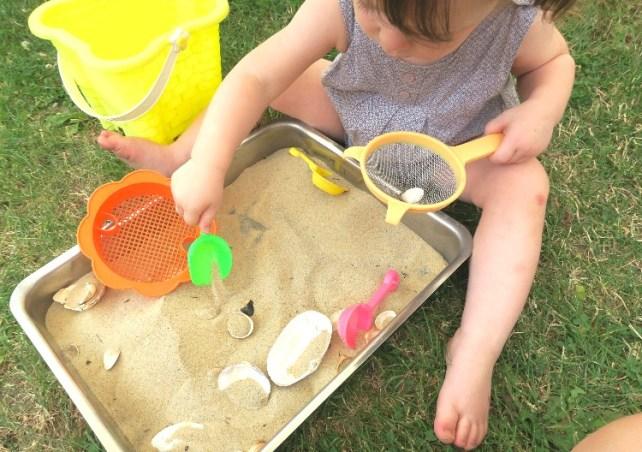 Bac sensoriel Montessori activité 2 ans été sable et coquillage