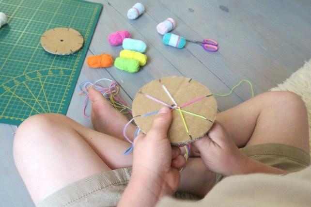 bracelet kuhimino machine à fabriquer des bracelets avec du carton pour enfants